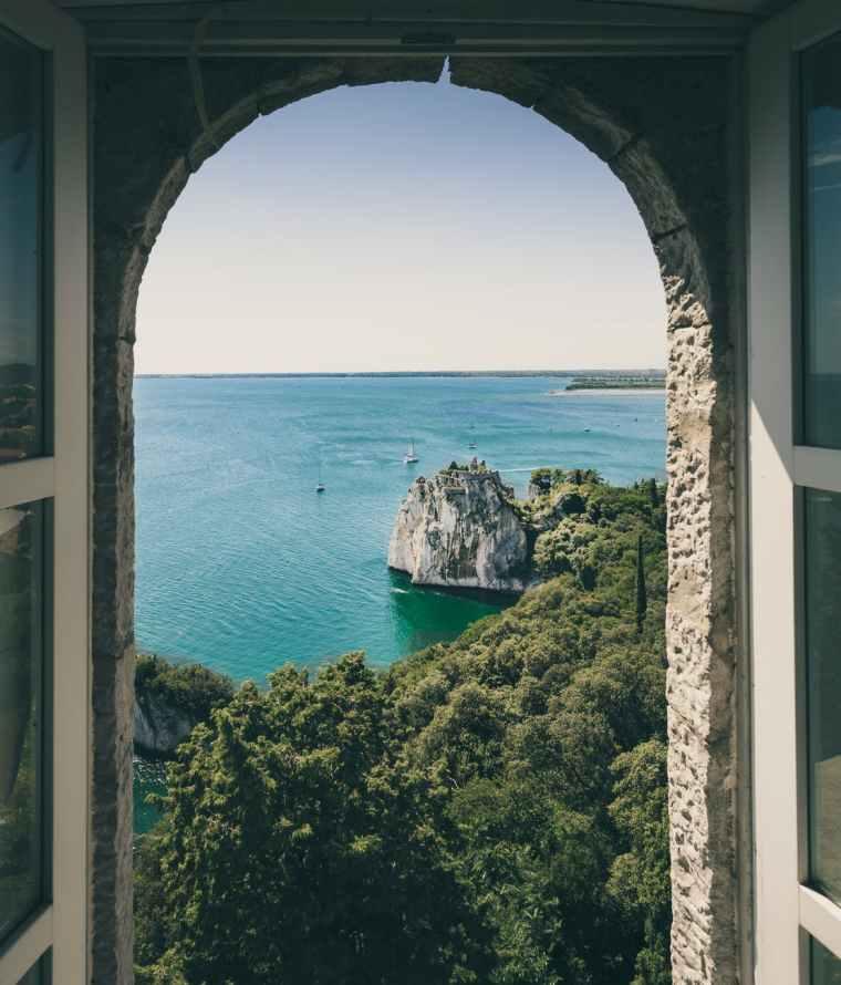 vue sur la mer depuis une fenêtre ouverte